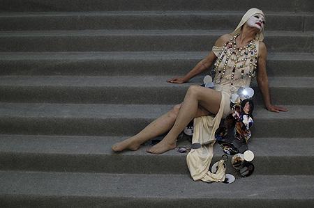 """Ines Doujak, """"Dirty Old Women"""", 2005 (Generalprobe zur Modenschau)"""